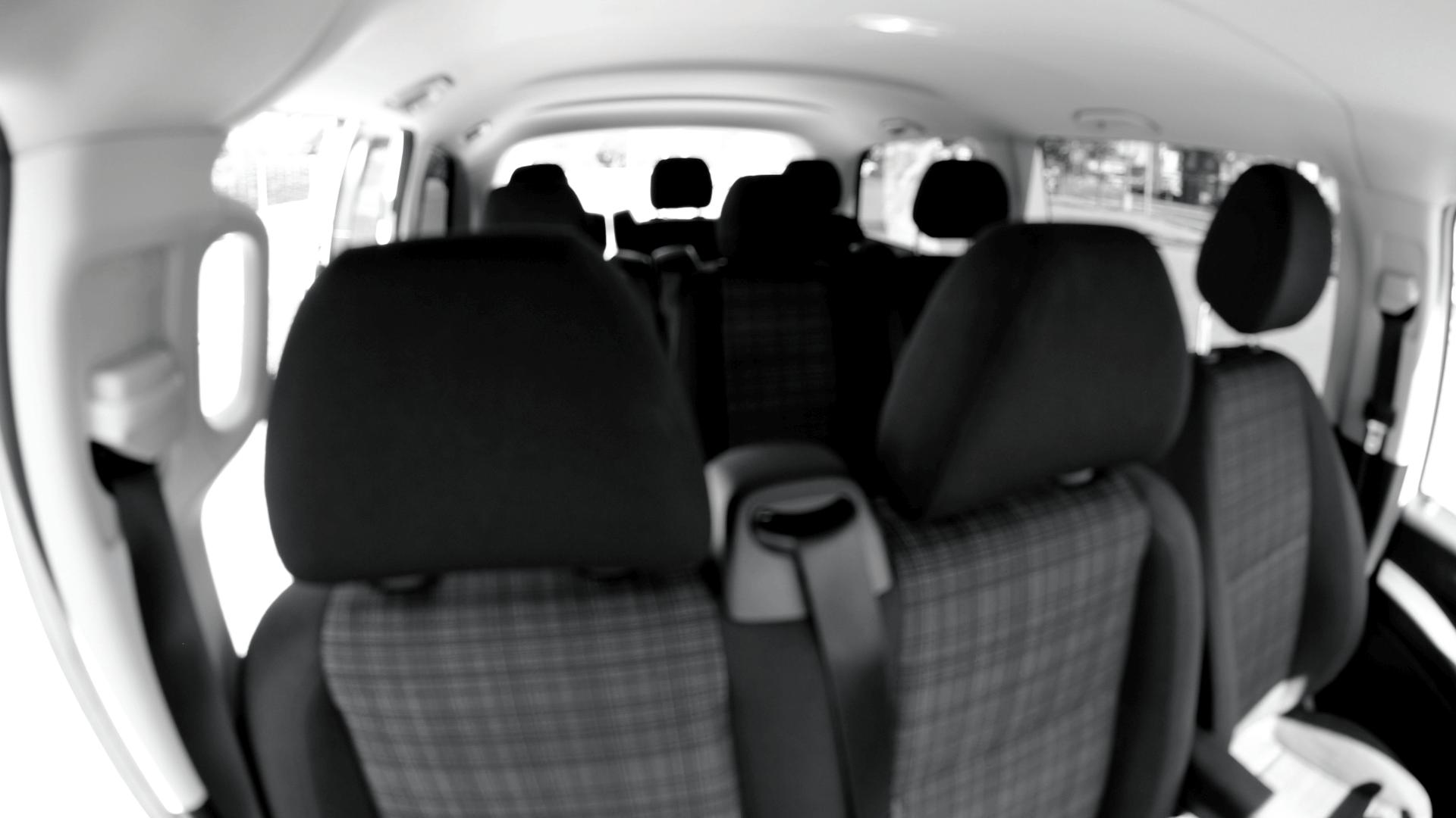 hire-a-car-mercedes-sitze in schwarz weiss