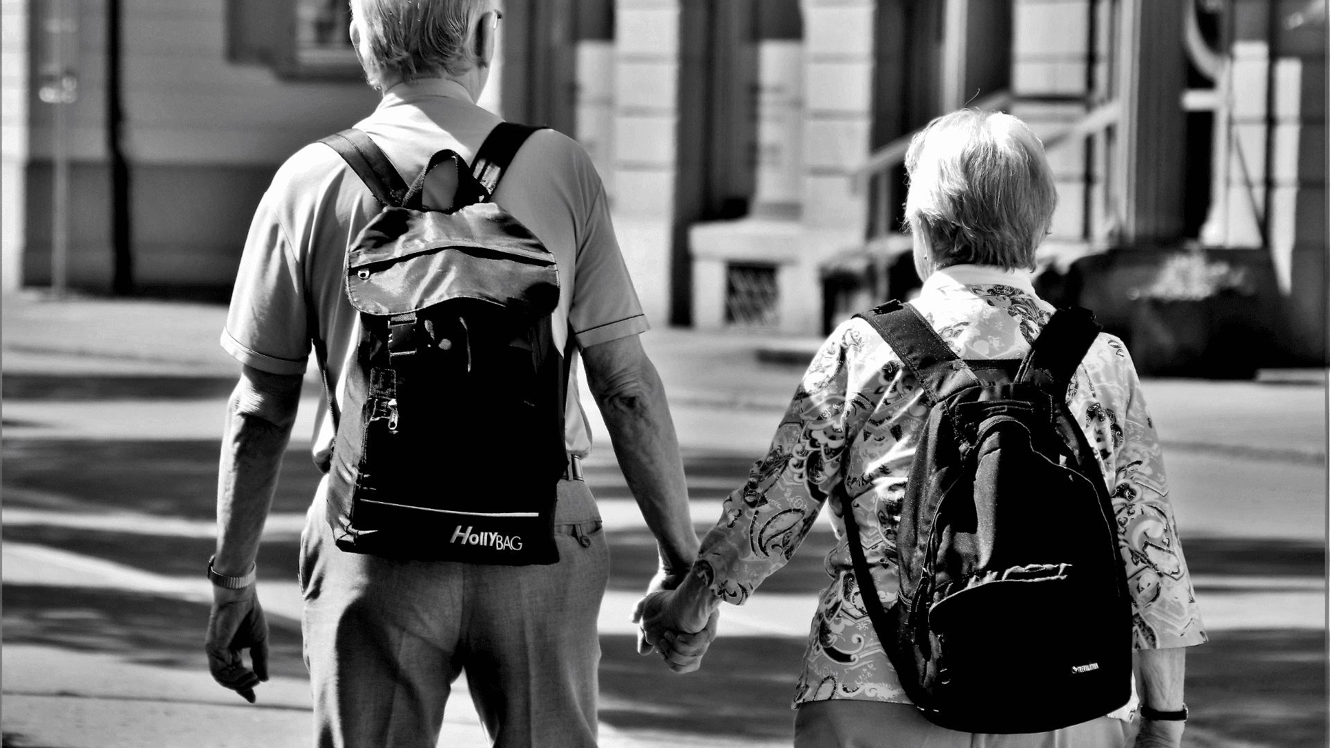 hire-a-car-senioren hand in hand in schwarz weiss